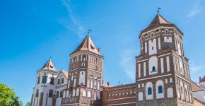Реставрация по-белорусски в Мирском замке: почему стеклопакеты — это нормально и зачем в стене голова барана