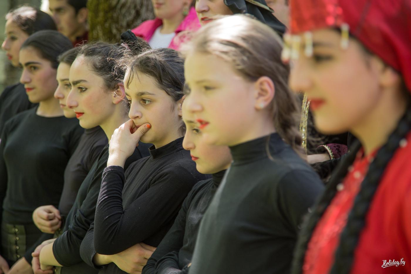 Смотрите как развлекают себя девушки в деревне 24 фотография