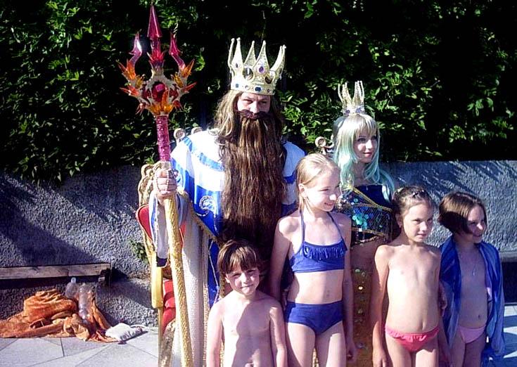 Семья Нудистов Празднует Праздник