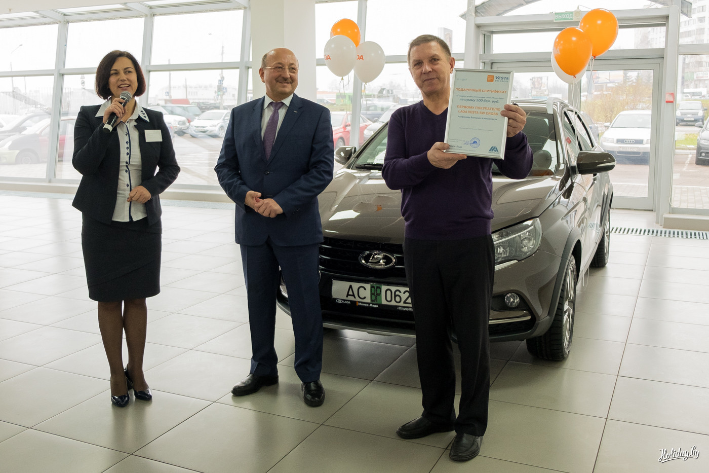 Валерий Алексеевич Агафонов, инженер запаса с водительским стажем 35 лет стал первым клиентом, получившим ключи от Lada Vesta SW. Это его первый новый автомобиль