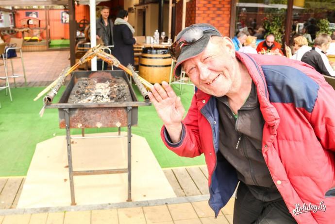 Ещё весной я заметил этот способ приготовления рыбы. Вокруг мангалов просто вьются желающие попробовать рыбу туристы и местные жители (см. на фото на заднем фоне)