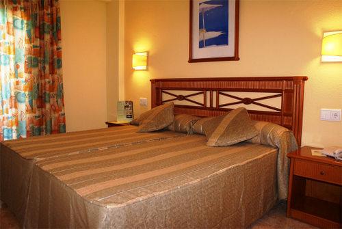 Отель palm beach расположен в тропическом саду в тихой части бенидорма и предлагает гостям просторные номера с