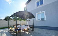 Двухэтажный коттедж с террасой и бассейном в усадьбе «Новый дворик»