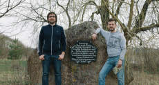 Мемориальный камень в деревне Жуков Борок