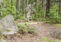 Каменные кресты в деревне Заозерье